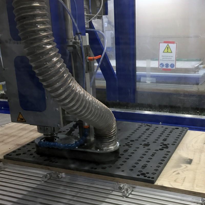 Carbon Material bearbeitet durch CNC Fräsen mit minimalsten Durchmessern und Radien immer schnittoptimiert